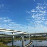 Słoneczny dzień blisko bridżowego sposobu Zdjęcie Stock