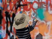 Słoneczny dzień chłopiec malarza młoda ulica fotografia stock
