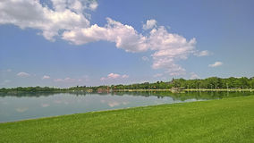 Słoneczny dzień jeziorną stroną Obrazy Royalty Free