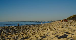 Słoneczny dzień na plaży z niewiele ludymi sunbathing fotografia royalty free