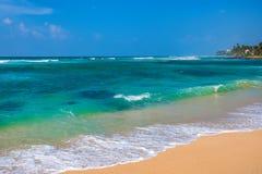 Słoneczny dzień na tropikalnej plaży Zdjęcia Royalty Free