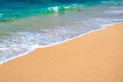 Słoneczny dzień na tropikalnej plaży Zdjęcia Stock