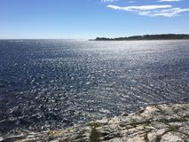 Słoneczny dzień na wschodnim wybrzeżu Norwegia obraz stock