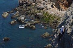 Słoneczny dzień pięcie na kamiennych falezach w Portugalia z arywistami zdjęcia royalty free