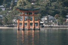 Słoneczny dzień przy Itsukushima Unosi się Torii bramę z wybrzeża th Obrazy Royalty Free