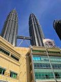 Słoneczny dzień przy Petronas bliźniaczą wieżą Zdjęcia Stock