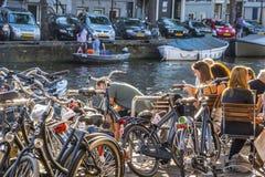 Słoneczny dzień w Amsterdam - relaksujący przy kanałami zdjęcie royalty free