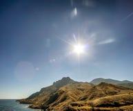 Słoneczny dzień w wysokich górach na morzu Obraz Royalty Free