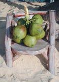 Słoneczny dzień wiązki koks na drewnianym krześle zdjęcie royalty free