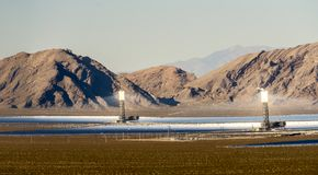 Słoneczny heliostat koncentruje słońce promienie produkować elektryczność w Nevada zdjęcia stock