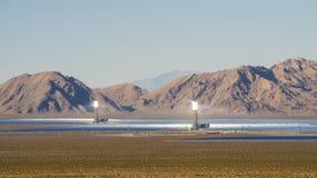 Słoneczny heliostat koncentruje słońce promienie produkować elektryczność w Nevada zdjęcie royalty free