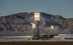 Słoneczny heliostat koncentruje słońce promienie produkować elektryczność w Nevada obrazy stock