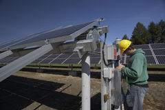 słoneczny panelu sprawdzać robociarz Fotografia Stock