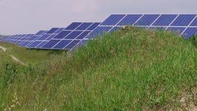 Słoneczny park z komórką kasetonuje wywołującą zieloną energię, trawa zbiory
