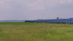 S?oneczny park z ogniwo s?oneczne panel przeciw zielonej trawy polu zdjęcie wideo