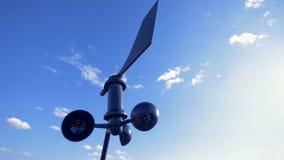 Słoneczny silnik wiatrowy jest obracalny przeciw tłu niebo zdjęcie wideo