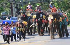 Słonie i turystyczna parada podczas Songkran obraz stock