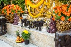 Słonie wystawiający przy Hinduską świątynią Fotografia Royalty Free