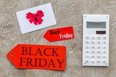 Słowa czarny Piątek na czerwonej etykietki blisko karcie i kalkulatorze na lekkiego tła odgórnym widoku Zdjęcia Stock