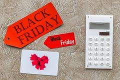 Słowa czarny Piątek na czerwonej etykietki blisko karcie i kalkulatorze na lekkiego tła odgórnym widoku Zdjęcie Stock