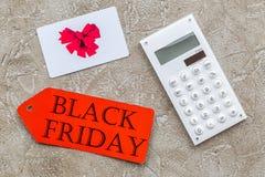 Słowa czarny Piątek na czerwonej etykietki blisko karcie i kalkulatorze na lekkiego tła odgórnym widoku Zdjęcie Royalty Free