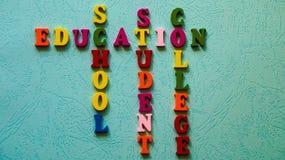 Słowa edukacje, szkoła, uczeń, szkoła wyższa budowali kolorowi drewniani listy na zaświecają stół Obraz Stock