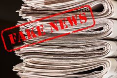 Słowa Fałszują wiadomość w czerwonym tekscie na gazety zdjęcie royalty free