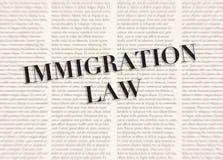 Słowa IMIGRACYJNY prawo pisać i podkreślający przed zamazanymi tekst kolumnami na tle jasnożółty kolor ilustracja wektor