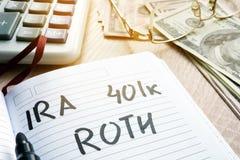 Słowa IRA 401k ROTH ręcznie pisany w notatce Emerytura plany Obrazy Stock