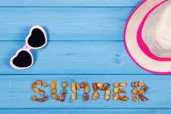Słowa lato robić bursztynów kamienie, okulary przeciwsłoneczni i słomiany kapelusz, na błękit deskach, lato czas, kopii przestrze Zdjęcia Stock