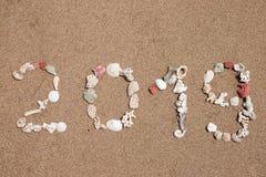 Słowa 2019 lmade od seashells na piaskowatej plaży Zdjęcia Stock