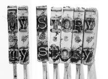 Słowa MÓJ opowieść z starymi maszyna do pisania młotami fotografia stock