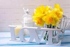 Słowa miłość, kwiaty i świeczka, Obraz Stock