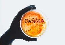 Słowa niebezpieczeństwo na Petri naczyniu Zdjęcia Stock