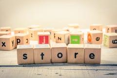 Słowa ` sklepu ` drewniany Kubiczny na drewnie fotografia stock