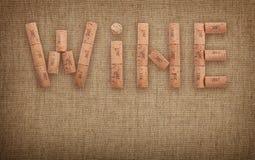 Słowa wino kształtujący korkami nad kanwą Zdjęcia Stock