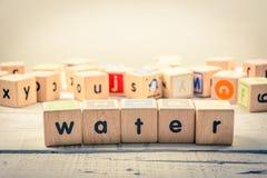 Słowa ` wody ` drewniany Kubiczny na drewnie zdjęcie stock