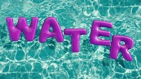Słowa ` wody pływania ` kształtujący nadmuchiwany pierścionek unosi się w odświeżającym błękitnym pływackim basenie zbiory wideo