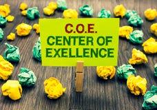 Słowa writing tekst C O E centrum doborowość Biznesowy pojęcie dla być alfa liderem w twój pozycji Dokonuje Clothespin mienia obrazy royalty free
