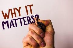 Słowa writing tekst Dlaczego Ono Liczy się pytanie Biznesowy pojęcie dla ważnych powodów robić coś motywacja mężczyzna mienia Bra obraz royalty free