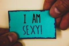 Słowa writing tekst Jestem Seksownym Motywacyjnym wezwaniem Biznesowy pojęcie dla Czuć przyciąganie świadomość beautyMan chwyta m fotografia royalty free