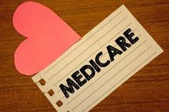 Słowa writing tekst Medicare Biznesowy pojęcie dla Federacyjnego ubezpieczenia zdrowotnego dla ludzi nad 65 z kalectwa Paperpiece Fotografia Royalty Free
