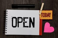 Słowa writing tekst Otwarty Biznesowy pojęcie dla Pozwolić rzeczy przechodzić przez bezpośredniego use przeciwieństwa zamknięty p obraz stock