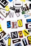 Słowa writing tekst pokazuje pojęcie SEO robić różny magazyn gazety list dla Biznesowej skrzynki na białym tle w zdjęcia stock