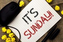 Słowa writing tekst Swój Niedziela wezwanie Biznesowy pojęcie dla Relaksuję Cieszy się Wakacyjny weekendu wakacje Spoczynkowego d zdjęcia royalty free