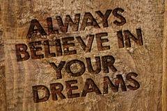 Słowa writing tekst Zawsze Wierzy W Twój sen Biznesowy pojęcie dla zaufanie wiary Wierzy w ty wiadomość sztandaru drewno ja zdjęcie stock