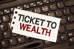 Słowa writing teksta bilet bogactwo Biznesowy pojęcie dla koła pomyślności przejście Pomyślna i jaskrawa przyszłość obraz stock