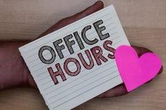 Słowa writing teksta Biurowe godziny Biznesowy pojęcie dla godzin który normalnie prowadzącym Pracującego czasu mężczyzna mienia  obrazy stock