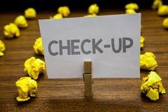 Słowa writing teksta czek Up Biznesowy pojęcie dla fizycznego medycznego lub klinicznego egzaminu robić lekarki Clothespin chwyta Zdjęcie Royalty Free
