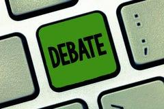 Słowa writing teksta debata Biznesowy pojęcie dla formalnej dyskusi na szczególe w spotkaniu lub zgromadzeniu ustawodawczym obraz stock